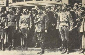 Kerenski bei der Beerdigung von Kosaken