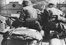 Deutsche Panzer mit aufgesessener Infanterie
