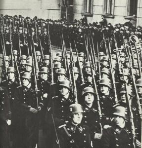 SS-Formationen in schwarzer Uniform
