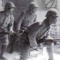Japanischer MG-Trupp im frühen Morgenlicht in einem verlassenen Gebäude. Beachtenswert ist das M1918A1 Browning Automatic Rifle im Vordergrund, welches von den national-chinesischen Truppen erbeutet wurde.
