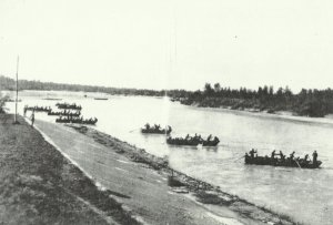 Infanterie setzt über einen Fluß in Norditalien