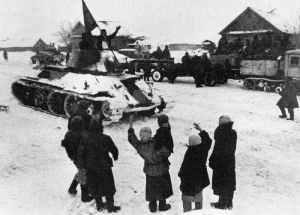 Zivilisten begrüssen Truppen der Roten Armee bei Stalingrad