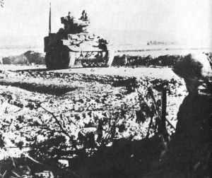 amerikanischer Stuart-Panzer passiert britische Infanteristen