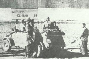 Deutsche Fallschirmjäger auf dem Weg nach Medjez-el-Bab in Tunesien