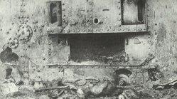 durch Artillerie-Volltreffer vernichteter Tank