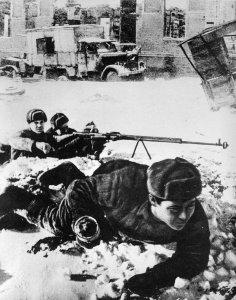 Russische Soldaten mit einer PTRD-1941