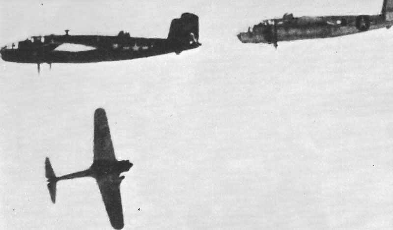 japanischer Jäger ist von B-25 Mitchell-Bombern über Guadalcanal abgeschossen
