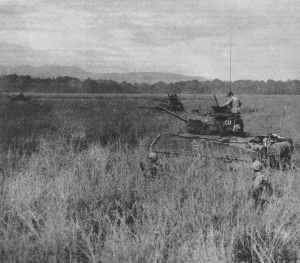 US-Marines und Sherman-Panzer auf Guadalcanal
