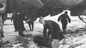 He 111 mit Versorgungsbomben für Stalingrad beladen