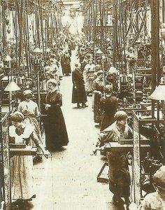 Arbeiterinnen in Waffenfabrik