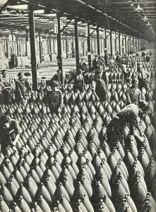 Frauen als Arbeiter in einer britischen Munitionsfabrik