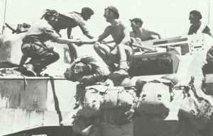 Zusammentreffen eines Sherman-Panzers der Britischen 1. Armee mit einem Humber-Panzerspähwagen der Britischen 8. Armee.