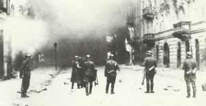 SS-Truppen brennen das Warschauer Ghetto nieder