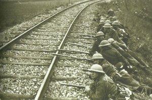 Britische Soldaten hinter einem Bahndamm