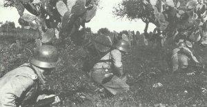 Deutsche Infanterie liegt in Schützenlinie