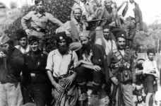 Deutsche Panzerbesatzung mit Cetniks