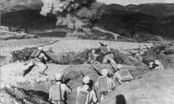 Chinesische Infanterie aus Jünnan beobachtet einen Beschuß an der Zentralfront