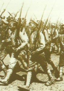 russische Soldaten mit Ariska-Gewehren