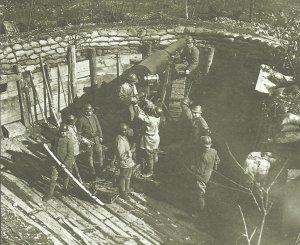 italienisches Artilleriegeschütz wird an der Piave geladen
