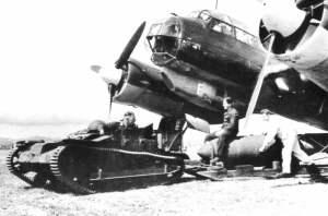 Ju-88-Bomber wird mit einer 2.000-kg-Bombe