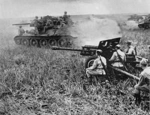 T-34 mit Unterstützung von 76-m--Feldgeschützen