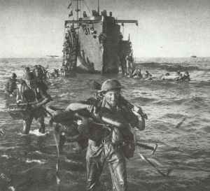 Highland-Infanterie klettert vor Sizilien von ihren Transportschiff herunter