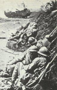 Französische Soldaten gehen in Deckung