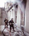 Feuerwehrmänner bekämpfen einen Brand Kassel