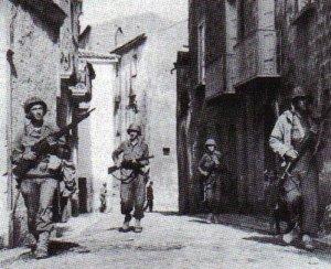 US-Soldaten betreten eine italienische Ortschaft