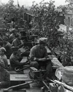 Tschechische Soldaten in einem Panzerzug