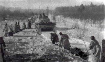 Soldaten der SS-Polizei-Division mit Panzerunterstützung