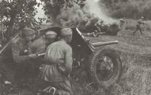 Russische Pak unterstützt angreifende Infanterie.