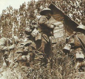 britischer Offizier hält seinen Webley-Revolver
