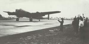 heimkehrender Lancaster-Bomber