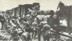 deutsche Soldaten plündern Versorgungszug