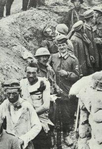 Englische Soldaten bringen deutsche Gefangene ein