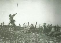 Soldat wirft eine Stielhandgranate