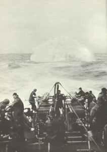 Begleitschiff wirft im Atlantik Wasserbomben