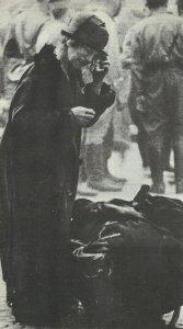alte Frau mit dem Rest ihrer Habe nach dem Luftangriff