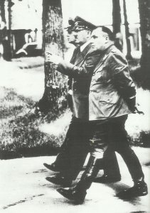 Hitler beim Morgenspaziergang