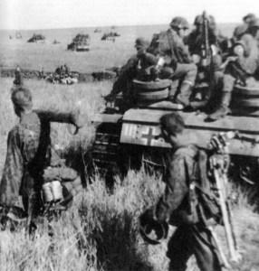 Soldaten und Panzer der Totenkopf