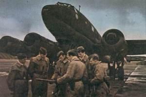 Besatzung einer Fw 200 Condor vor ihrem Flugzeug