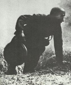 Panzer-Nahkämpfer mit Haftmine
