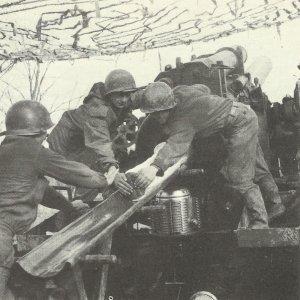 US-Artillerie beschiesst 1945 deutsche Stellungen