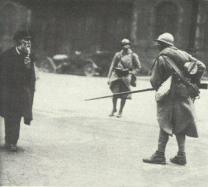 Französischer Soldat bedroht alten Mann