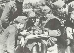 Ungarische Offiziere besprechen sich mit einem Deutschen