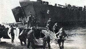 Britische Truppen werden bei Salerno entladen