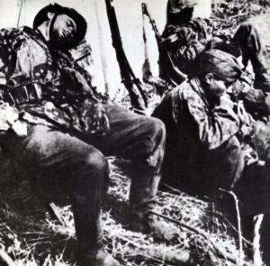 Völlig erschöpfte Soldaten der Waffen-SS