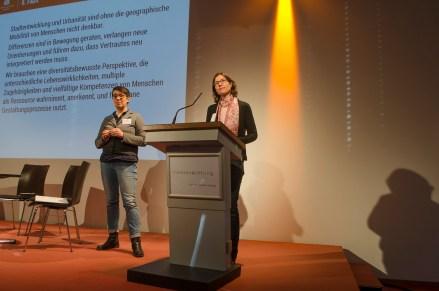 Moderatorin Elena Buck, Universität Leipzig und Göttingen und Birgit Glorius, Technische Universität Chemnitz bei der Diskussion