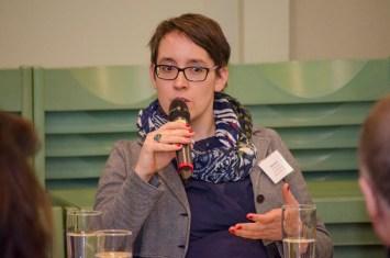 Moderatorin Elena Buck bei der Posiumsdikussion